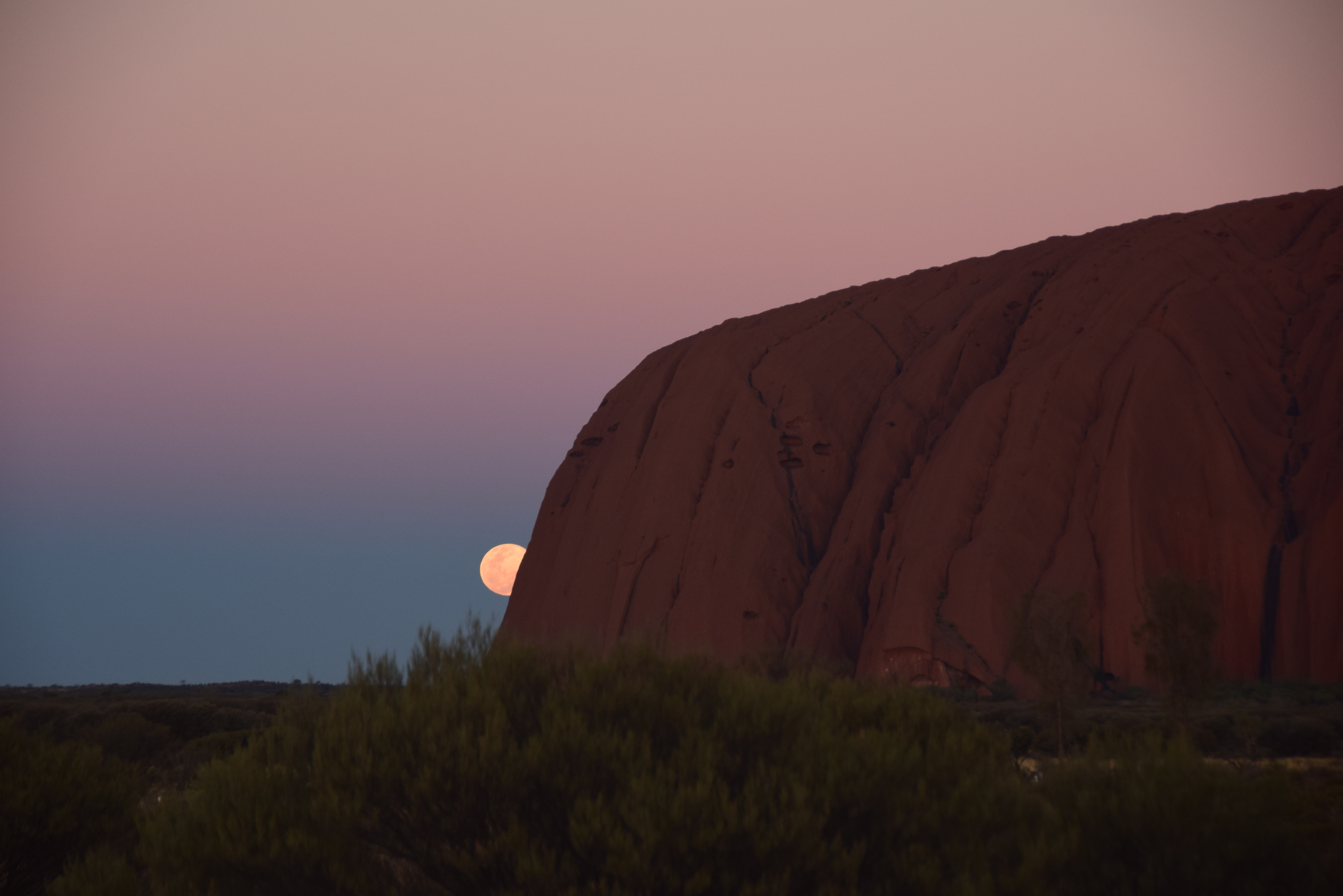 Ulurun takaa nouseva Kuu