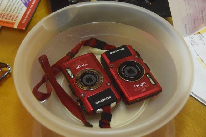 Kamerat kylvyssä makeassa vedessä, jokaisen merivesiseikkailun jälkeen ja sitten huolellinen kuivatus.