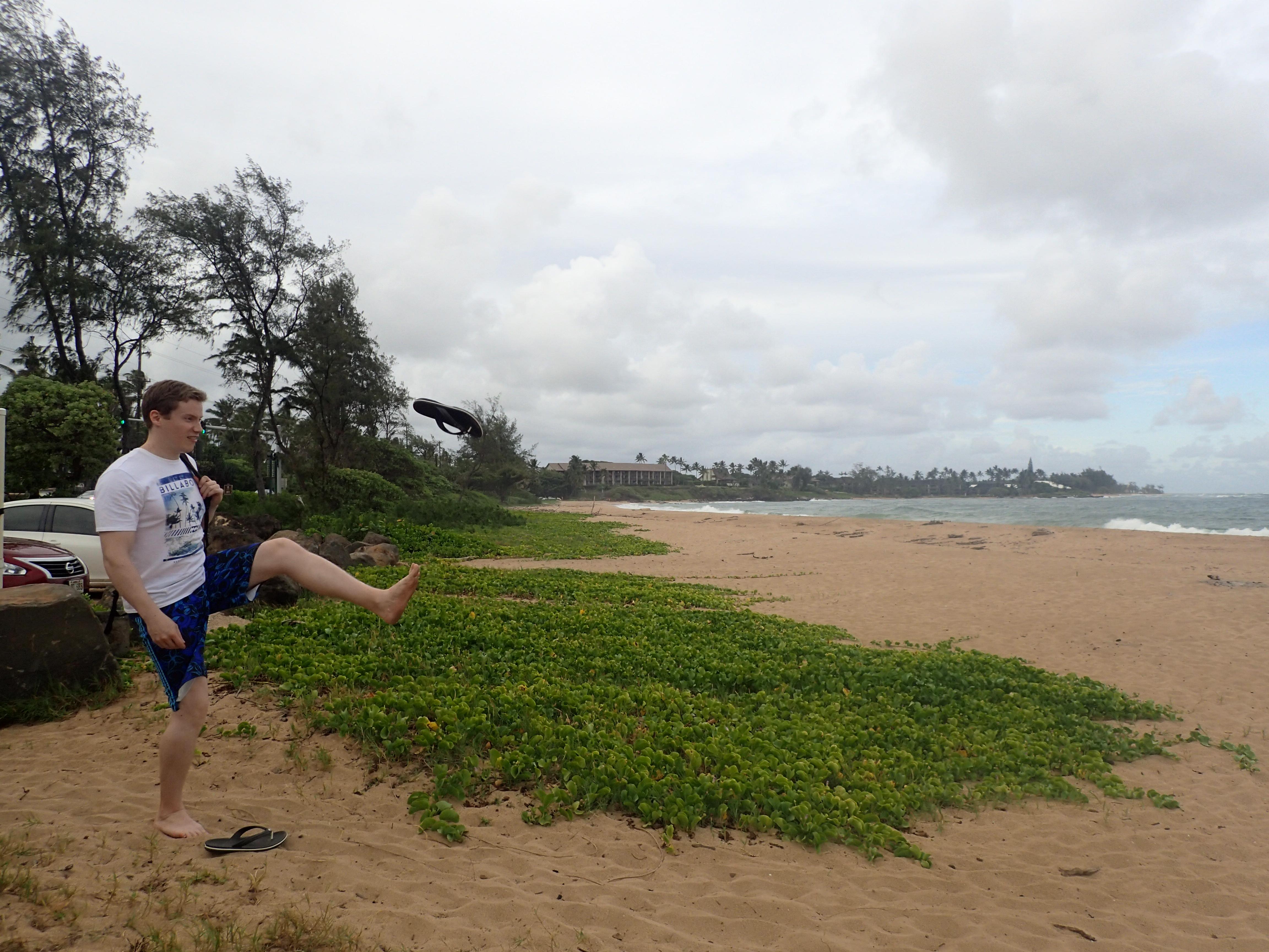 Sandaalit lensivät kaaressa kun päästiin Wailua Beachille.