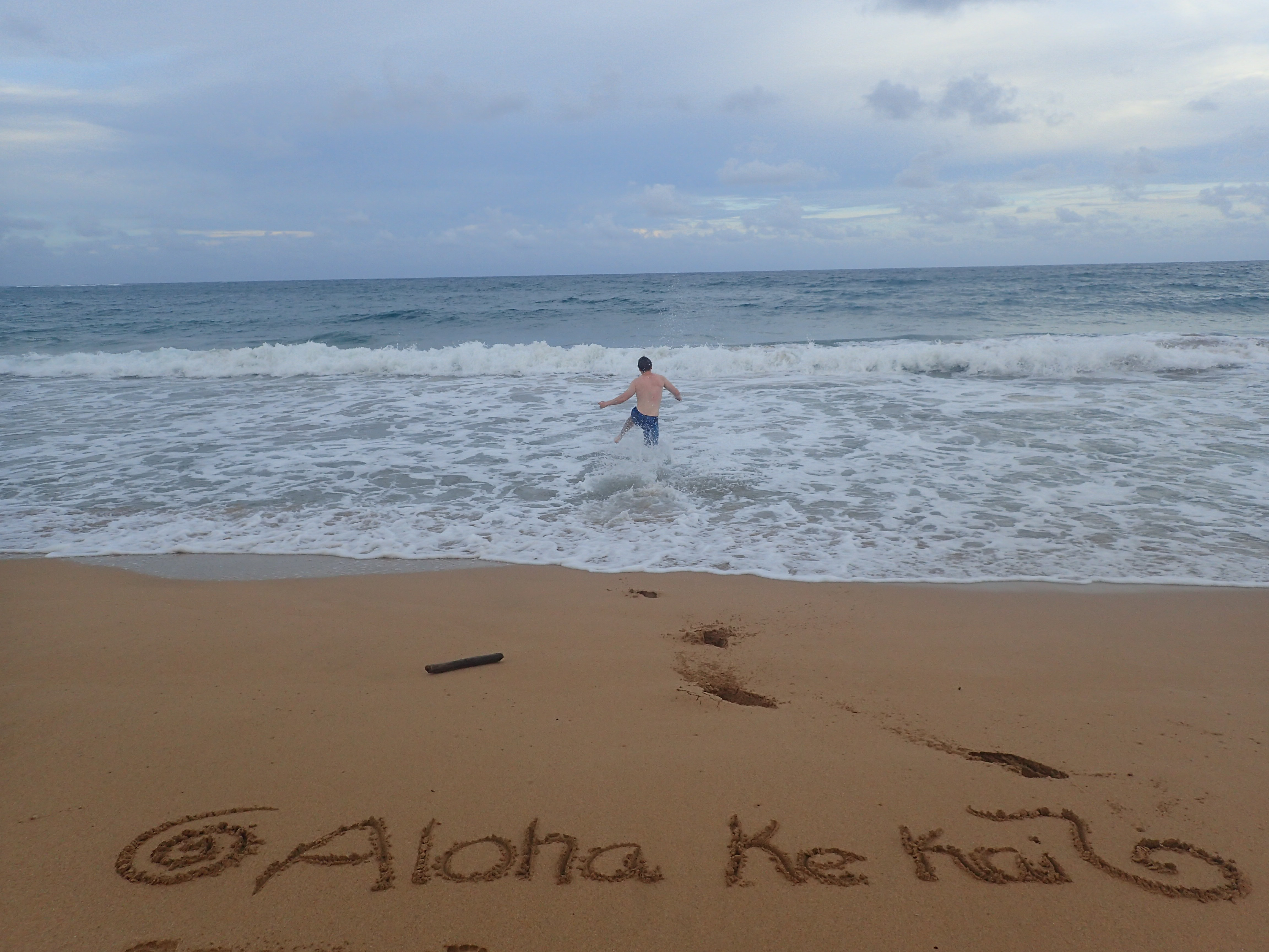 Aloha Ke Kai, Rakasta vettä. Niin ainakin tekee tuo iloinen mies, joka juoksee aaltoihin.